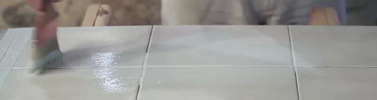 Application du primaire support fermé avant application colle carrelage et béton ciré
